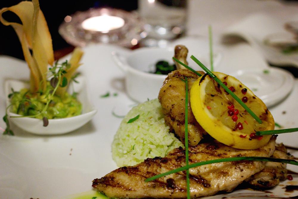 Grillat kycklingfilé marinerat i kanel, serverat med karibisk barbequesås på exotiska frukter, avokadosalsa, casava chips, och grönt ris,.